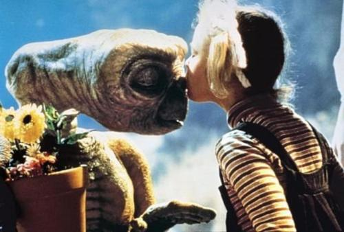 E.T. -- Gertie and E.T. Kiss